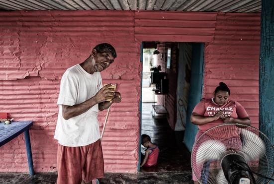 Jorge Soto (48), visita a sus vecinos. Barranquitas, Zulia. Venezuela. 2015.