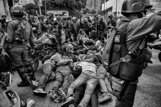 Manifestantes son detenidos por la Guardia Nacional Bolivariana en la avenida Francisco de Miranda. Caracas 2014