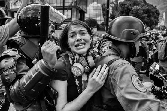 Mnifestante al momento de ser detenida por efectivos de la Guardia Nacional Bolivariana durante manifestación en la avenida Francisco de Miranda. Caracas 2014