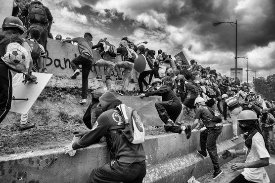 Manifestantes huyen luego de fuerte arremetida con gases lacrimógenos y disparos de perdigones de la Guardia Nacional Bolivariana en la autopista Francisco Fajardo. Caracas 2017