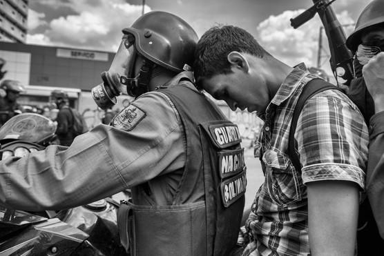 Manifestante detenido por la Guardia Nacional Bolivariana en la avenida Francisco de Miaranda. Caracas 2014