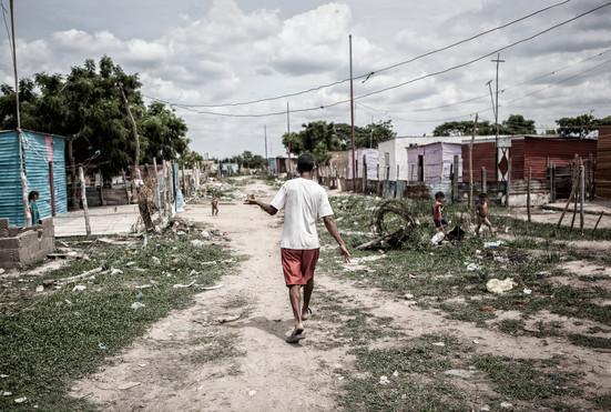 Jorge Soto (48) camina por los alrededores de su comunidad en Barranquitas. .Barranquitas, Zulia. Venezuela. 2015.