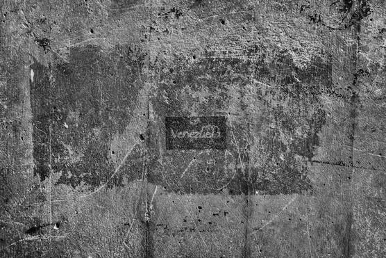 Pared desgastada en el centro de Caracas con una pequeña inscripción de Venezuela. Caracas 2014