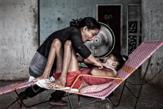 Marymar (20)  juega con su hermana de Maybeli (13). Barranquitas, Zulia. Venezuela. 2015