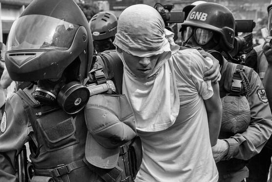 Mnifestante detenido en Chacao por la Guardia Nacional Bolivariana. Caracas 2017