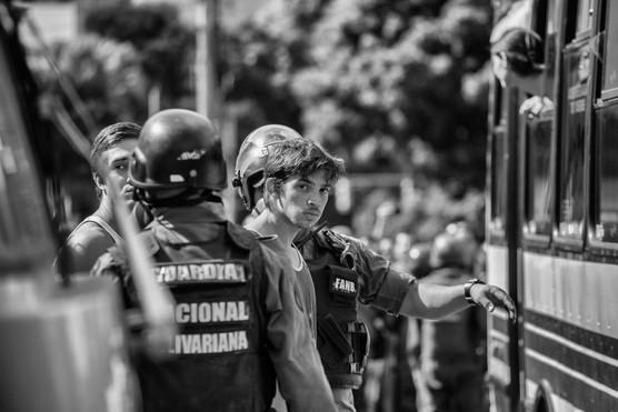 Mnifestante detenido por la Guardia Nacional Bolivariana en la avenida Francisco de Miranda. Caracas 2014