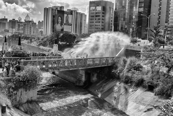 """""""Ballenas"""" de la Guardia Nacional Bolivariana lanzan ráfagas de agua contra manifestantes en el puente las Mercedes. Caracas 2017"""