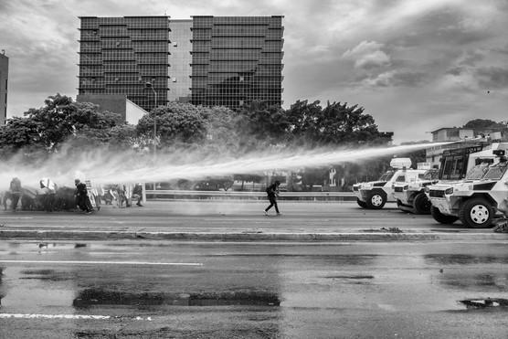 Manifestantes resisten con rudimentarios escudos las ráfagas de las ballenas de la Guardia Nacional Bolivariana. Caracas 2017