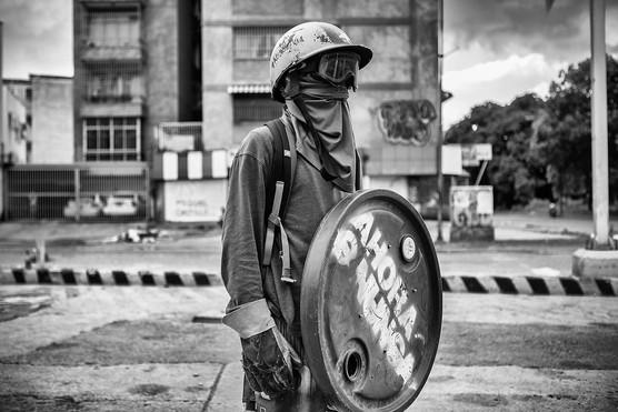 Joven manifestante con rudimentario escudo en Bello Monte. Caracas 2017