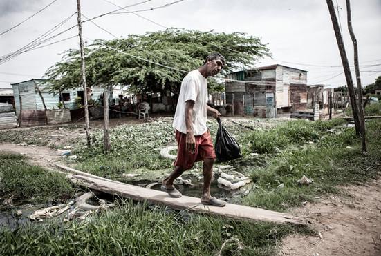Jorge Soto (48) camina por los alrededores de su comunidad.Barranquitas, Zulia. Venezuela. 2015.