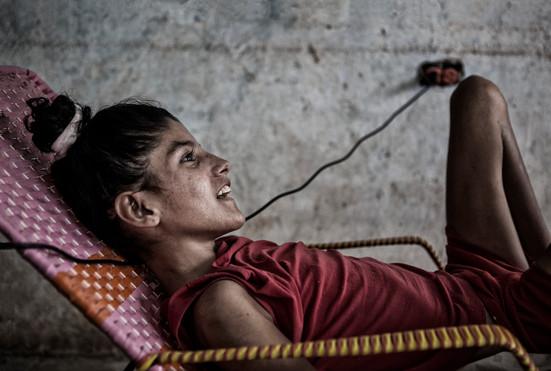 Maybeli Ledezma (13) sonríe con su hermana. Barranquitas, Zulia. Venezuela. 2015