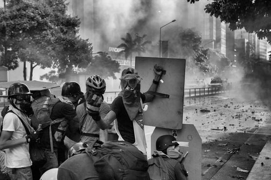 Barricada de manifestantes resisten en enfrentamiento contra la Guardia Nacional Bolivariana en la avenida Francisco de Miranda. Caracas 2017