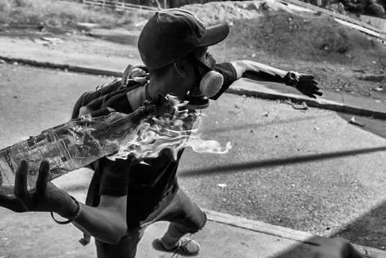Manifestante lanza bomba Molotov a la Guardia Nacional Bolovariana en las Mercedes. Caracas 2017