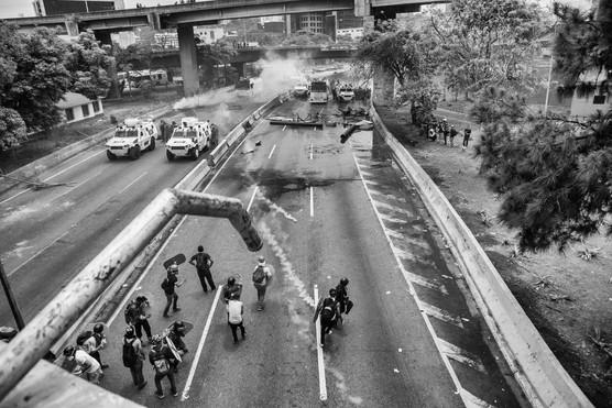 Manifestantes enfrentan a la Guadia Nacional Bolivariana en la autopista Francisco Fajardo. Caracas 2017