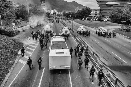 La Guardia Nacional Bolivariana repele a manifestantes en la autopista Francisco Fajardo. Caracas 2017