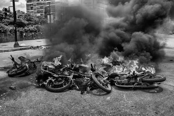 Motos incendiadas por la Policia Nacional Bolivariana en Altamira. Caracas 2017
