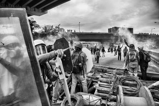 Barricada en la autopista Francisco Fajardo, enfrentando a la guardia Nacional Bolivariana. Caracas 2017