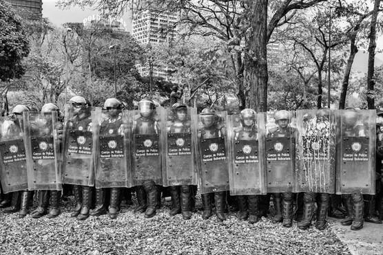 Efectivos de la Policia Nacional Bolivariana bloquean marcha estudiantil de estudiantes en la Universidad Central de Venezuela.  Caracas 2014