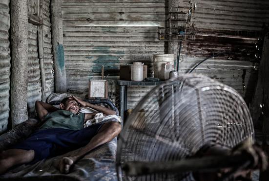 Limardo Soto (37)  descanza en la cama. Barranquitas, Zulia. Venezuela.2015