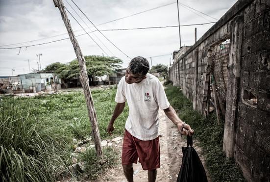 Jorge Soto (48) camina por los alrededores de su comunidad. Barranquitas, Zulia. Venezuela. 2015.