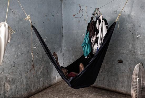El cuarto de Maybelis Ledezma (13).  Ella tiene la enfermedad de Huntington, duerme en una hamaca. Barranquitas, Zulia. Venezuela. 2015