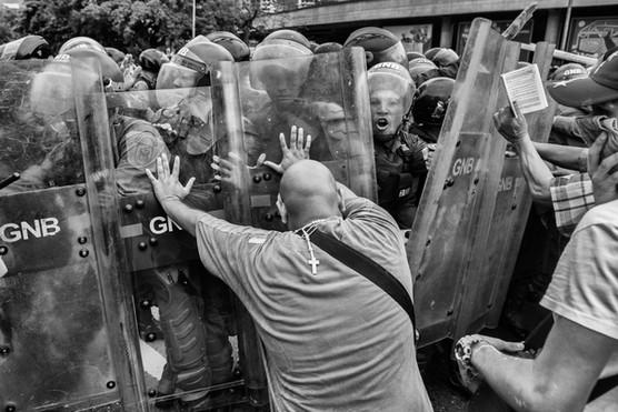 Mnifestantes intentan romper en la autopista Francisco Fajardo a una  cuadrilla de la Guardia Nacional Bolivariana que impide marcha hacia el centro de Caracas. Caracas 2016
