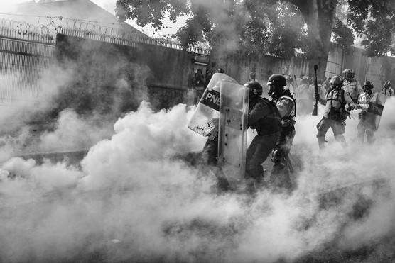 Efectivos de la Policia Nacional Bolivariana repelen con gas lacrimógeno a manifestantes en la Castellana. Caracas 2017