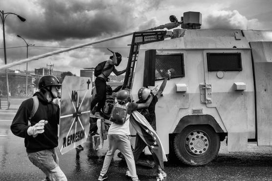Manifestantes enfrentan a ballena de la Guardia Nacional Bolivariana. Caracas 2017