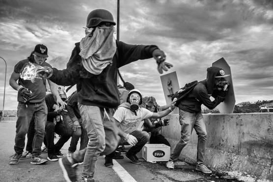 Manifestantes arrojan bombas Molotovs contra la Guardia Nacional Bolivariana en el distribuidor Altamira. Caracas 2017