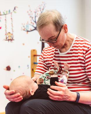 fysioterapeutti ja vauva