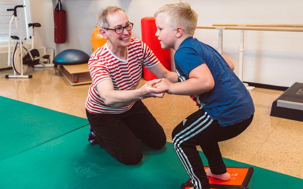 fysioterapeutti ja lapsi