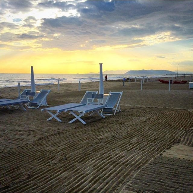 Sunset sessions in Forte #fortedeimarmi #tuscany #italy #beachlife #sunset #goodvibes