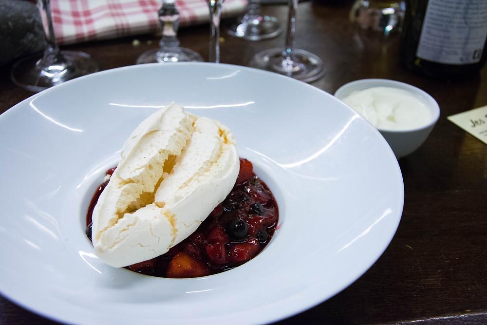 Fruits rouges, meringues et double crème de Gruyére.