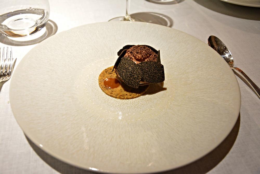 Tartelette aérienne, chocolat macaé, truffe tuber melanosporum.