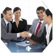 A interpretação consecutiva é a modalidade de tradução na qual o orador fala por um curto período e faz uma pausa até o tradutor terminar de traduzir o que foi dito. É ideal para eventos mais informais ou com público reduzido, tais como reuniões empresariais, jantares de negócios e até mesmo entrevistas. Informamos que este tipo de tradução leva mais tempo do que a tradução simultânea, modalidade na qual o intérprete traduz enquanto o orador está a falar.