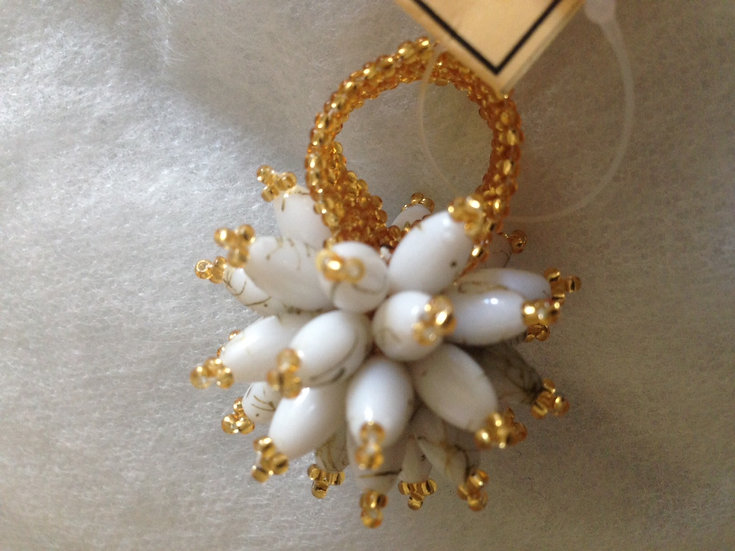 Statement beaded flower ring (Gold/White)