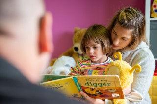 mum-reads-with-male-volunteer_thumb.jpg