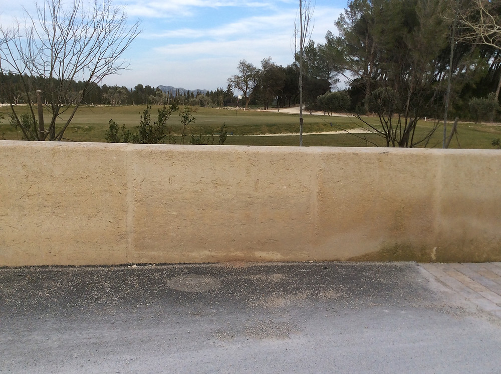 Réalisé en pierre du Gard, pierres de 2 m x 0,70 m ép.40