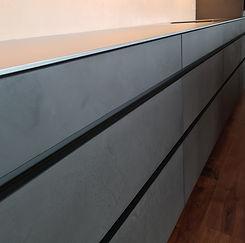 Küchenfront in Betonoptik mit Griffmulde
