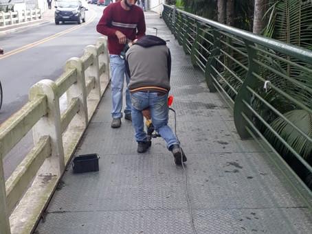 NÃO DUROU UM ANO E PASSARELA DE PONTE ESTÁ SENDO REPARADA