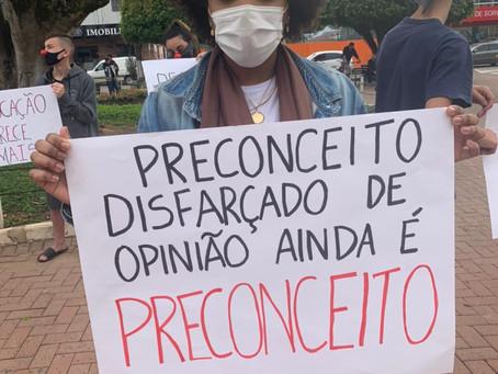 EM DEFESA DA ESCOLA PÚBLICA E CONTRA COMENTÁRIOS PRECONCEITUOSOS, ESTUDANTES PROTESTAM NA PREFEITURA