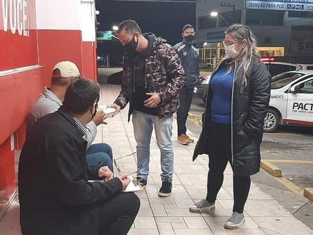 SEM ESTRUTURA E CASA DE PASSAGEM, GASPAR ACOLHE OS MORADORES DE RUAS COM A PALAVRA