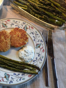 Karotten-Hirse-Laibchen mit Ofenspargel und Joghurt-Kräuter-Sauce