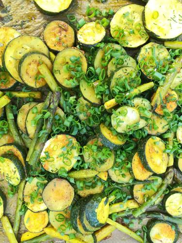 Zucchini und grüner Spargel mit Jungzwiebeln