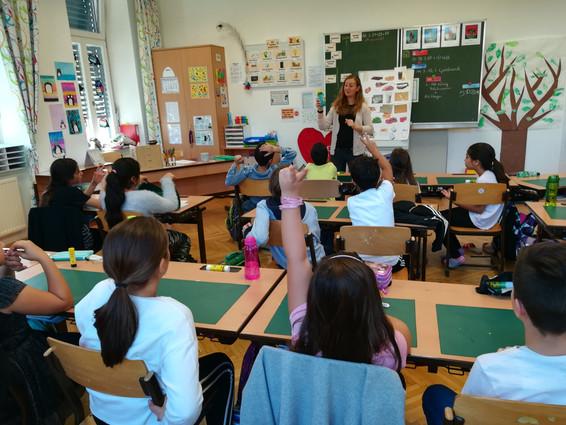 Im Theorieteil wurden die verschiedenen Lebensmittelgruppen und Getränke ausführlich besprochen. Die Kinder waren mit großem Interesse dabei.