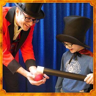Mecki zaubert für Kinder auf Ihrern Kindergeburtstag.