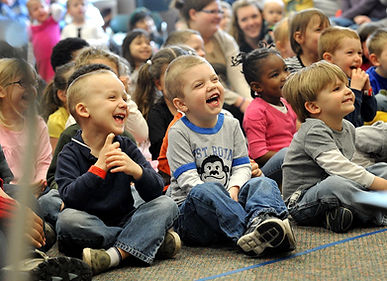 Zauberer Mecki bringt die Kinder zum Lachen, Staunen und sie dürfen natürlich auch Mitmachen.