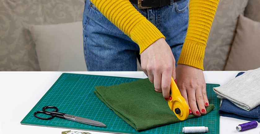 Woman-cutting-fabric-572034.png