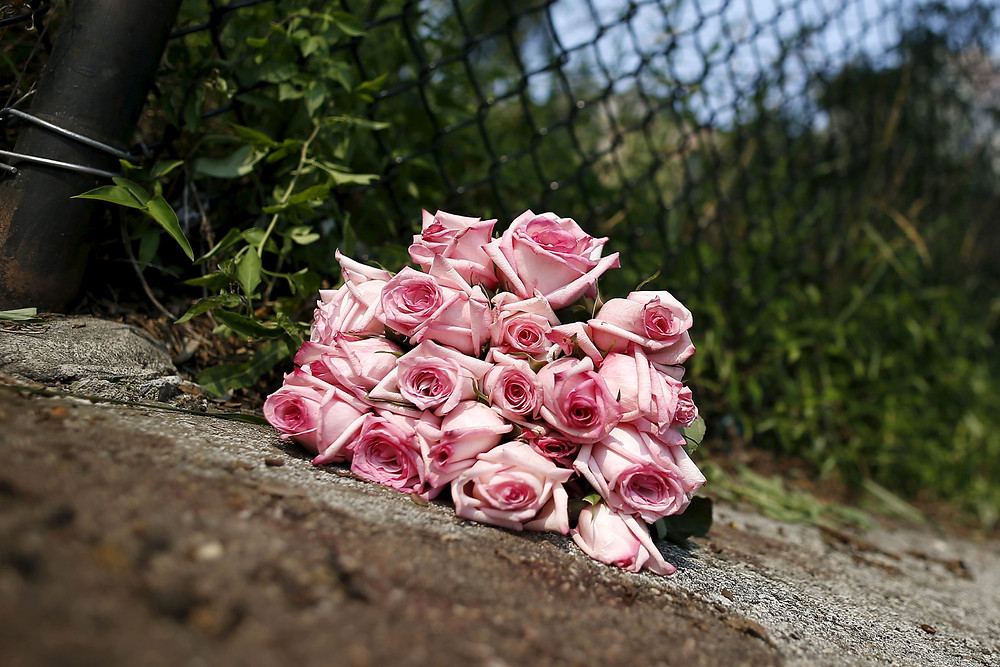 bouquet of roses where 17 year old was killed in chicago