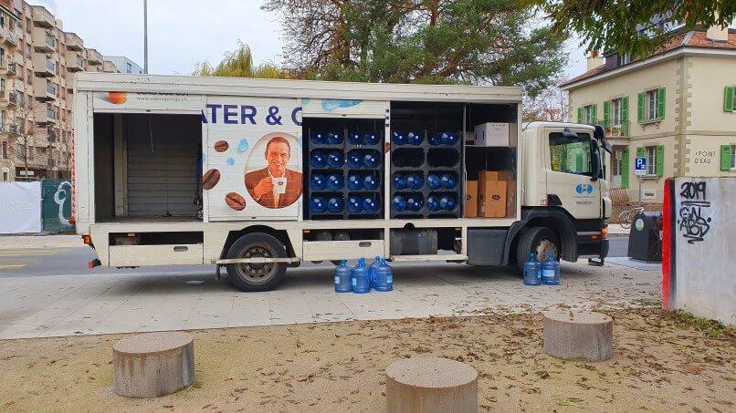 Livraison de bonbonnes à eau par camion pour les absurdes fontaines à eau des entreprises. Les fontaines à eau sont-elles en outre efficaces ou dangereuses ? Eléments de réflexion avec Benoît Saint Girons, auteur du livre La Qualité de l'eau.